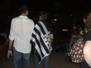 spettatori sventolano la bandiera bretone